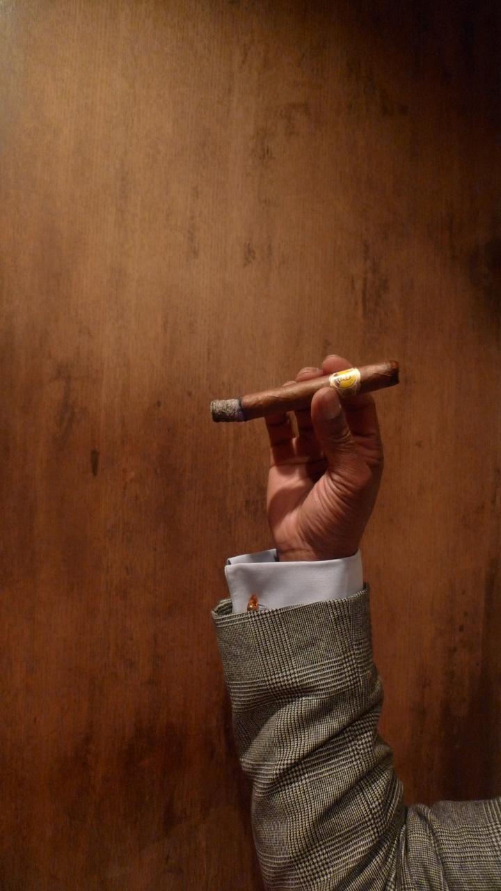 Corona Gigante Cabinet - Julieta 2  (47*178mm) / Cigar Bar Chardonnay,  Tokyo, Japan / Leica D-Lux 4