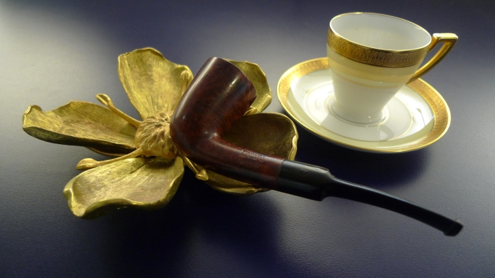 Stanwell – Hand Made/Hand Cut – Reg. No. 969-48 – Selected Briar 06 – Denmark – 1948 / Flower Ashtray / Demitasse from P. T. Bavaria Tirschenreuth 647 - Clifton 4246 / Leica D-Lux 4