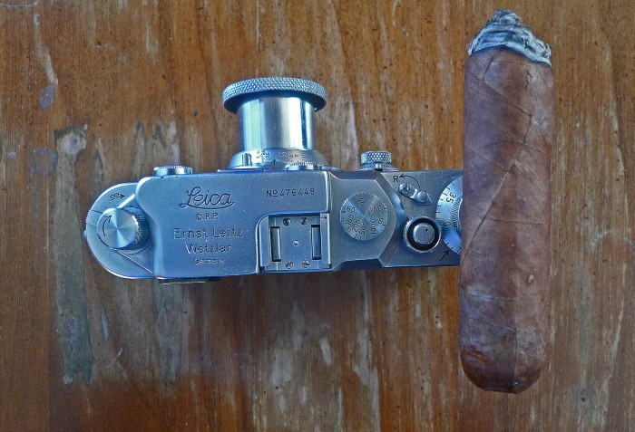 A Double Corona, from Martinez Handmade Cigars, resting on a Leica IIIC / Leica D-Lux 4 / Photo: Sila Blume
